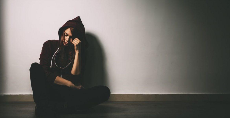 Nastolatka z problemami przed wizytą u psychologa